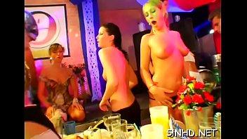 suce travaille au Women massageing mens nipple